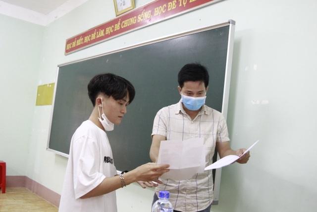 Nghiêm ngặt kiểm tra thí sinh vào làm thủ tục dự thi tốt nghiệp THPT 2020 - 33