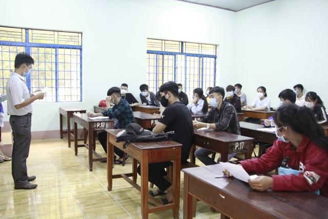Nghiêm ngặt kiểm tra thí sinh vào làm thủ tục dự thi tốt nghiệp THPT 2020 - 34