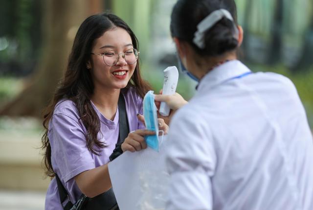 Nghiêm ngặt kiểm tra thí sinh vào làm thủ tục dự thi tốt nghiệp THPT 2020 - 3