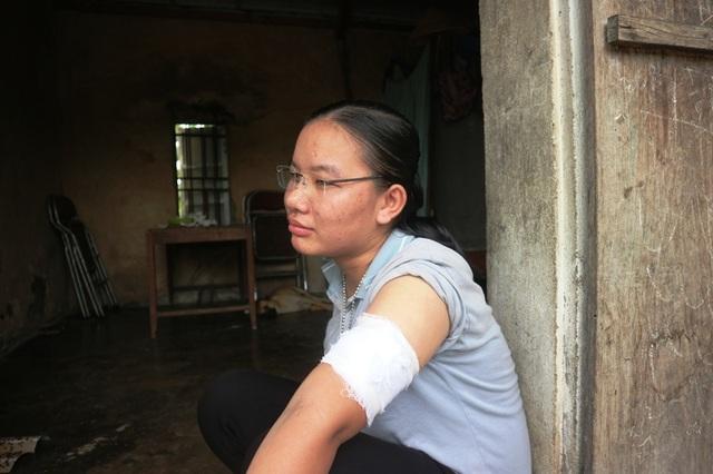 Nhói lòng hoàn cảnh éo le của cô gái u máu, suốt 8 năm chăm mẹ ung thư - 1