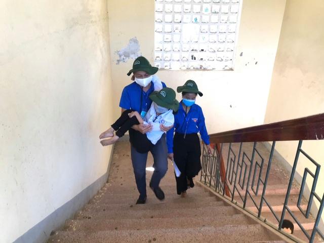 Hà Tĩnh: Tình nguyện viên cõng thí sinh khuyết tật đi thi - 2