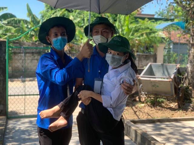 Hà Tĩnh: Tình nguyện viên cõng thí sinh khuyết tật đi thi - 3