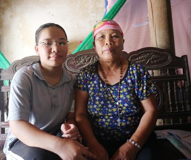 Nhói lòng hoàn cảnh éo le của cô gái u máu, suốt 8 năm chăm mẹ ung thư - 5