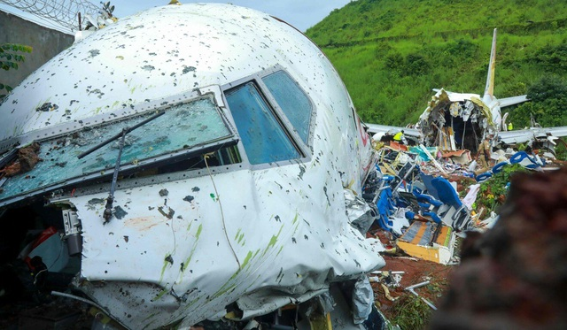 Người sống sót kể lại 15 giây ám ảnh khi máy bay Ấn Độ gẫy làm đôi - 1