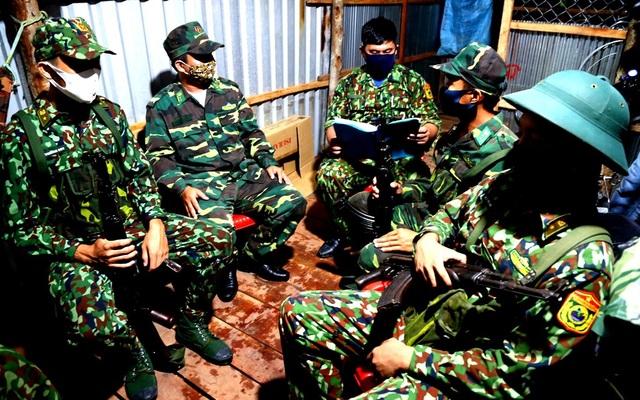 Những chiến sĩ Biên phòng ngày đêm căng mình chống Covid-19 - 10