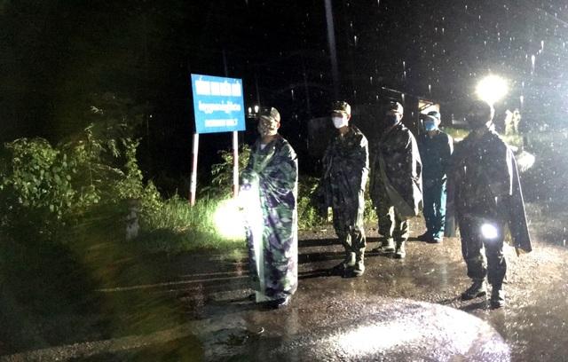 Những chiến sĩ Biên phòng ngày đêm căng mình chống Covid-19 - 11