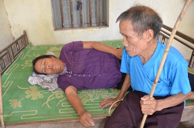 Thương cảnh người cha gần 90 tuổi lưng còng rạp chăm con gái bệnh tật - 2