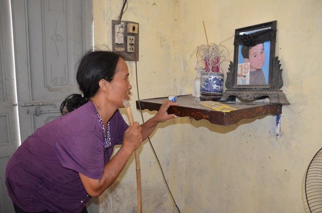 Thương cảnh người cha gần 90 tuổi lưng còng rạp chăm con gái bệnh tật - 3