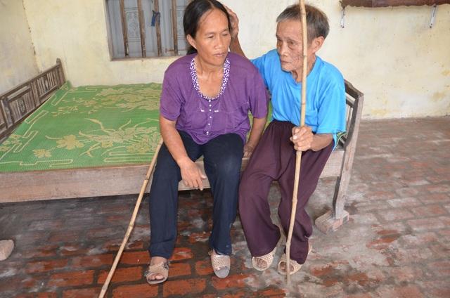 Thương cảnh người cha gần 90 tuổi lưng còng rạp chăm con gái bệnh tật - 5