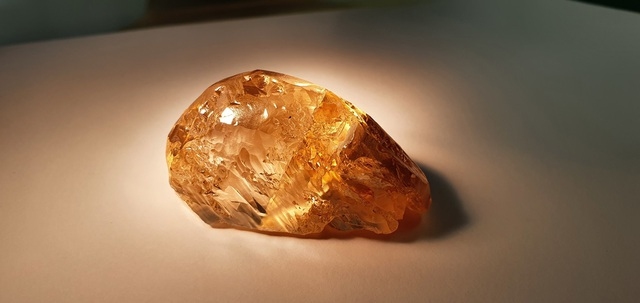 Đào được viên kim cương màu hổ phách lớn chưa từng thấy ở Nga - 2