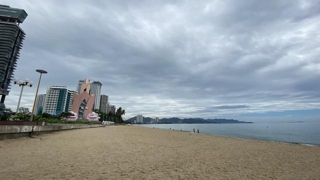 Dịch COVID-19 khiến Nha Trang đìu hiu, hàng loạt khách sạn đóng cửa - 1
