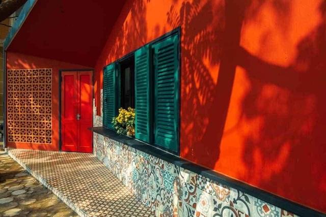 """Ngôi nhà hình hộp thư """"xanh vỏ đỏ lòng"""" đậm kiến trúc Việt xưa ở Hà Nội - 2"""