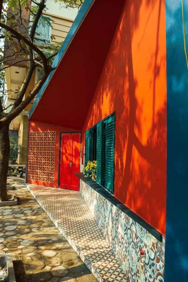 """Ngôi nhà hình hộp thư """"xanh vỏ đỏ lòng"""" đậm kiến trúc Việt xưa ở Hà Nội - 4"""
