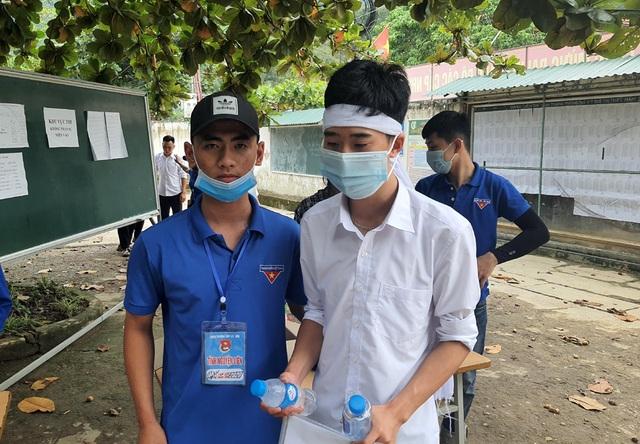 Thí sinh đội khăn tang đi thi tốt nghiệp THPT - 1