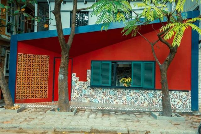 """Ngôi nhà hình hộp thư """"xanh vỏ đỏ lòng"""" đậm kiến trúc Việt xưa ở Hà Nội - 1"""