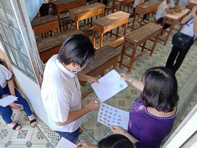 Bí thư Bạc Liêu trực tiếp đi kiểm tra phòng thi tốt nghiệp THPT - 4