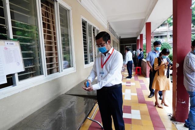 Thứ trưởng Bộ GDĐT Nguyễn Văn Phúc kiểm tra thi, động viên thí sinh TPHCM - 6