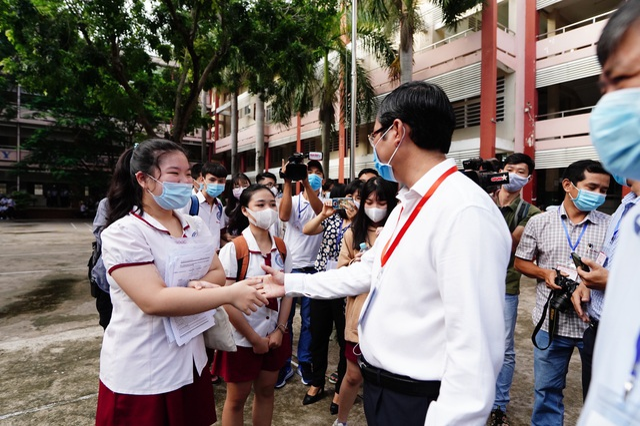 Thứ trưởng Bộ GDĐT Nguyễn Văn Phúc kiểm tra thi, động viên thí sinh TPHCM - 3
