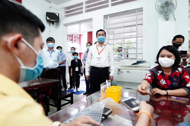 Thứ trưởng Bộ GDĐT Nguyễn Văn Phúc kiểm tra thi, động viên thí sinh TPHCM - 9