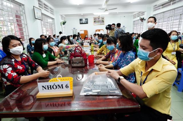 Thứ trưởng Bộ GDĐT Nguyễn Văn Phúc kiểm tra thi, động viên thí sinh TPHCM - 10