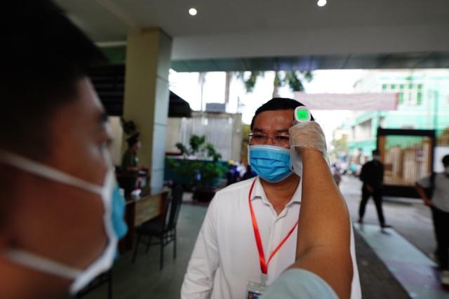 Thứ trưởng Bộ GDĐT Nguyễn Văn Phúc kiểm tra thi, động viên thí sinh TPHCM - 2