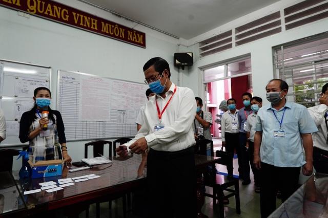 Thứ trưởng Bộ GDĐT Nguyễn Văn Phúc kiểm tra thi, động viên thí sinh TPHCM - 8