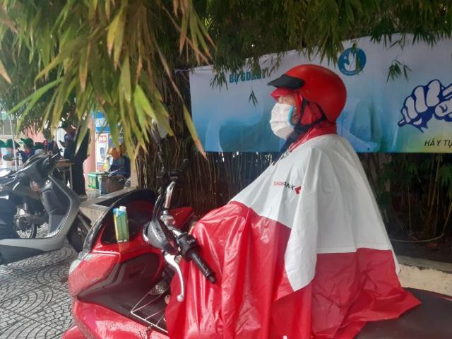 Phụ huynh Sài Gòn đội mưa chờ con thi xong môn Toán - 7