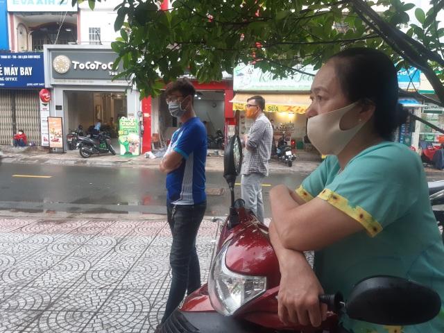 Phụ huynh Sài Gòn đội mưa chờ con thi xong môn Toán - 2