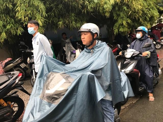 Phụ huynh Sài Gòn đội mưa chờ con thi xong môn Toán - 5