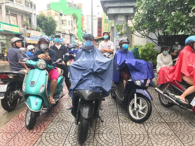 Phụ huynh Sài Gòn đội mưa chờ con thi xong môn Toán - 6