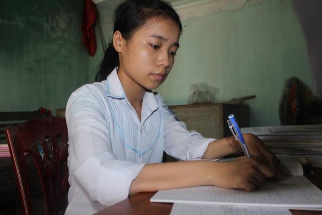 Nghị lực của cô học trò đến trường trên tay mẹ - 3
