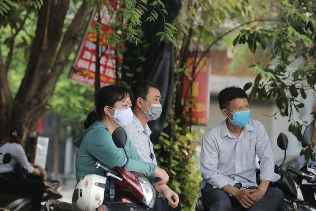 Hà Nội: Phụ huynh đeo khẩu trang ngóng chờ con làm bài thi Ngữ văn - 4