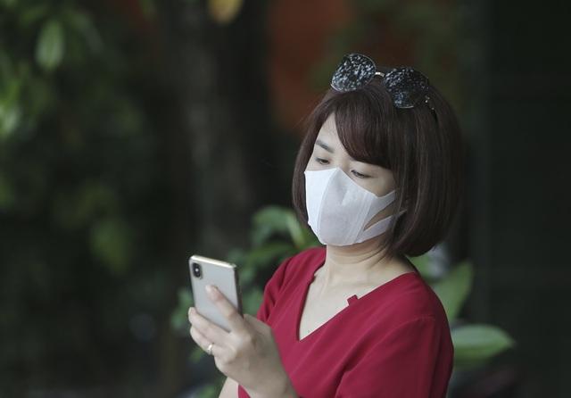 Hà Nội: Phụ huynh đeo khẩu trang ngóng chờ con làm bài thi Ngữ văn - 5