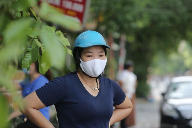Hà Nội: Phụ huynh đeo khẩu trang ngóng chờ con làm bài thi Ngữ văn - 8