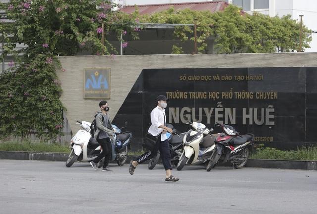 Hà Nội: Phụ huynh đeo khẩu trang ngóng chờ con làm bài thi Ngữ văn - 2