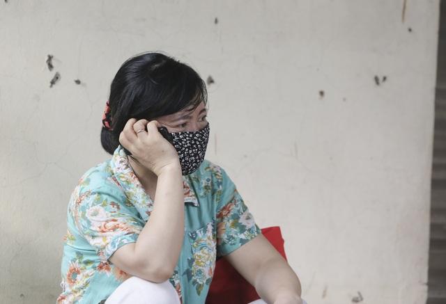 Hà Nội: Phụ huynh đeo khẩu trang ngóng chờ con làm bài thi Ngữ văn - 7