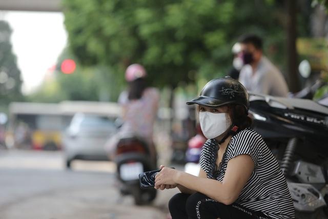 Hà Nội: Phụ huynh đeo khẩu trang ngóng chờ con làm bài thi Ngữ văn - 6