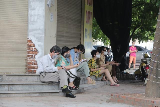 Hà Nội: Phụ huynh đeo khẩu trang ngóng chờ con làm bài thi Ngữ văn - 1