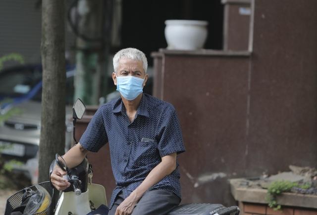 Hà Nội: Phụ huynh đeo khẩu trang ngóng chờ con làm bài thi Ngữ văn - 11