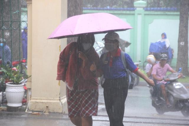 Thí sinh đi thi: Trời có mưa hay lỡ quên bút, đừng lo! - 7