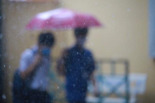 Thí sinh đi thi: Trời có mưa hay lỡ quên bút, đừng lo! - 3