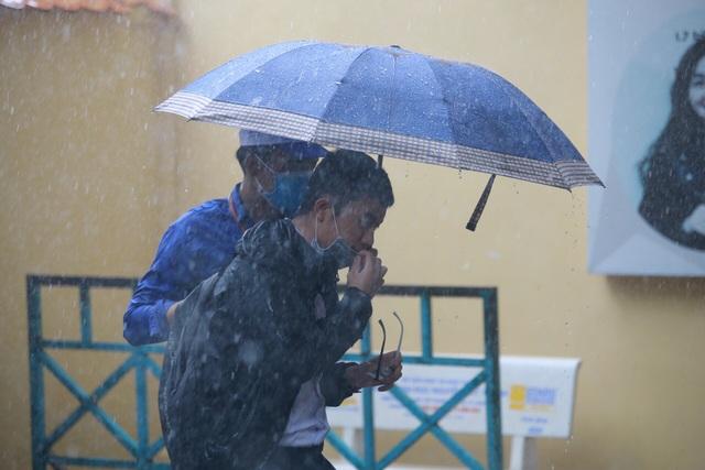 Thí sinh đi thi: Trời có mưa hay lỡ quên bút, đừng lo! - 2