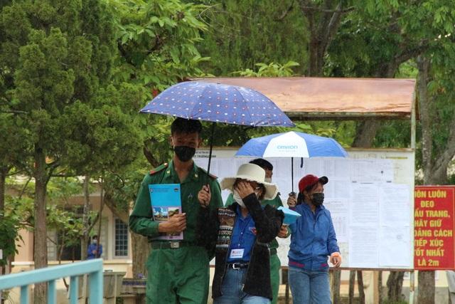 """Những """"chiến sĩ áo xanh"""" làm lá chắn bảo vệ, hỗ trợ thí sinh thi tốt nghiệp - 5"""