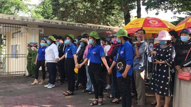 """Những """"chiến sĩ áo xanh"""" làm lá chắn bảo vệ, hỗ trợ thí sinh thi tốt nghiệp - 2"""