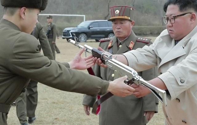 Soi chiếc SUV hạng sang ông Kim Jong-un lái đi thăm vùng lũ - 4