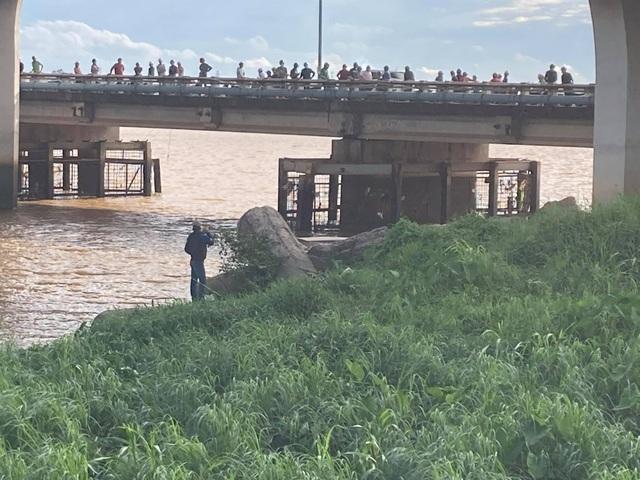 Hàng chục người tụ tập trên cầu xem vớt thi thể trôi sông - 2