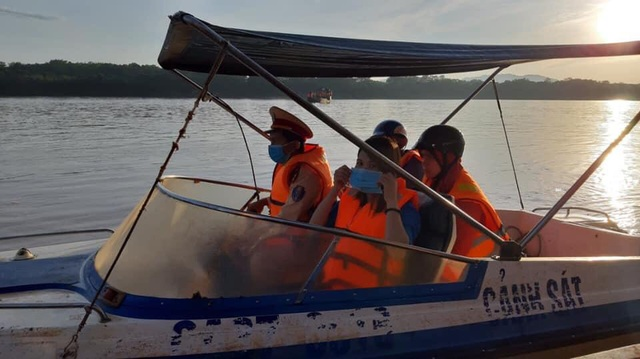 Cảnh sát Giao thông có mặt từ 5h sáng đưa 200 thí sinh qua sông đi thi - 2