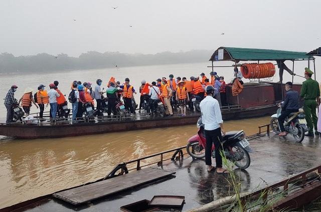 Cảnh sát Giao thông có mặt từ 5h sáng đưa 200 thí sinh qua sông đi thi - 4