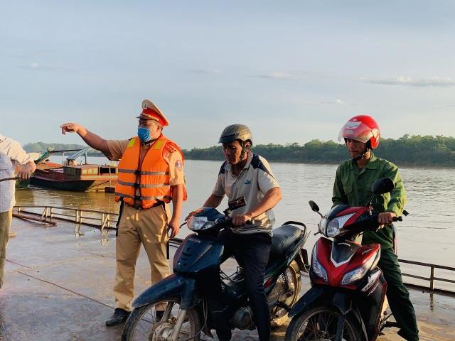Cảnh sát Giao thông có mặt từ 5h sáng đưa 200 thí sinh qua sông đi thi - 1
