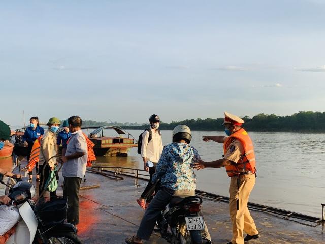 Cảnh sát Giao thông có mặt từ 5h sáng đưa 200 thí sinh qua sông đi thi - 3